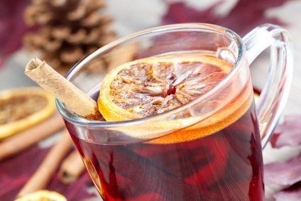 closeup von einer Tasse mit Gluehwein / closeup of a glass with hot spiced wine