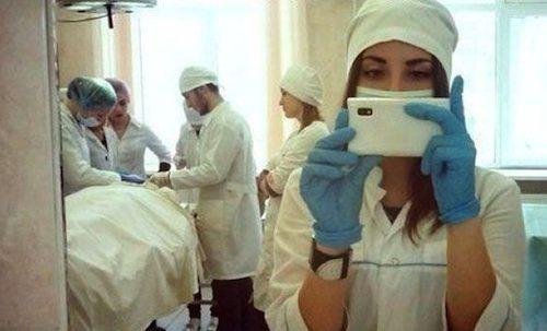 Des selfies au bloc opératoire